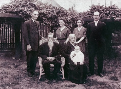 back row (l-r) Hezekiah Boles Billingsley, Mary Alice Thomas Billingsley, Katherine Billingsley Riddle, George Barber Riddle; front row - John Milton Thomas, Sarah Elizabeth Redfearn Thomas with baby George Barber Riddle, Jr.